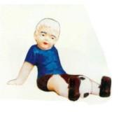 Junge sitzend auf dem Boden mit Fußball