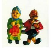 Omi und Opi stricken und lesen auf Bank