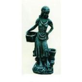 Mädchenfigur mit Pflanzkästen