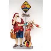 Weihnachtsmann in Sommeroutfit reist mit Rentier