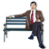 Mr. Bean als sitzend auf Bank