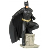 kleiner Batman stehend auf Säule