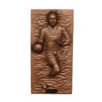 Basketballspieler als bronzefarbende Wandtafel
