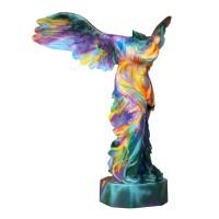 großer Engel in bunter künstlerischer Bemalung