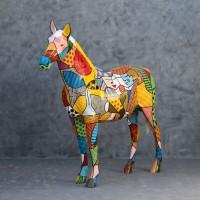 lebensgroßes Pferd in künstlerischer Bemalung