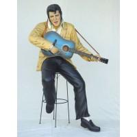 Elvisdouble mit Gitarre auf Hocker