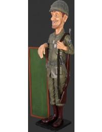 Lustiger dünner US Soldat mit Menütafel