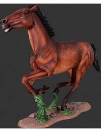 Gallopierendes braunes Pferd auf Sockel