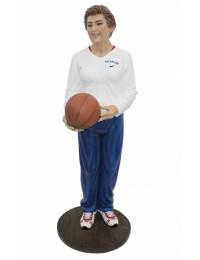 Trainer weiblich mit Basketball