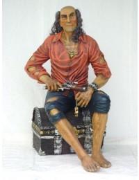 Pirat sitzend auf Schatzkiste