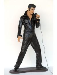 Junger stehender Elvisdouble singend mit Mikrofon