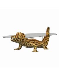 Kaiman im Leopardenlook als Couchtisch