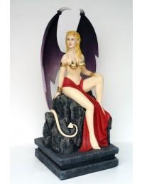 Teufels-Frau sitzend auf Stein
