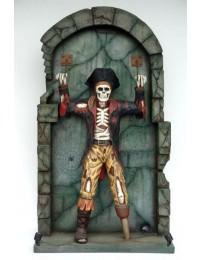 Piratenskelett an Mauer