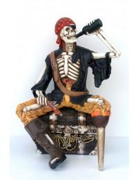 Piratenskelett auf Schatzkiste trinkend