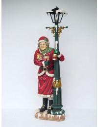 Weihnachtsfrau an Laterne
