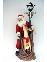 Weihnachtsmann mit Rentier unter Laterne