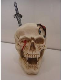 Totenschädel in Weiß mit Schwert