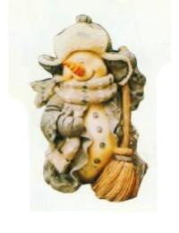 eingepackter Schneemann mit Besen