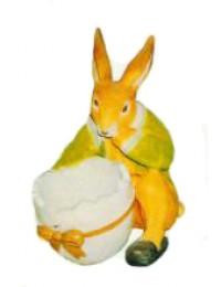 sitzender Osterhase mit Eierhälfte