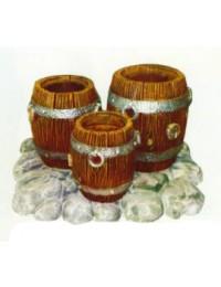 drei alte Holzfässer als Planztöpfe