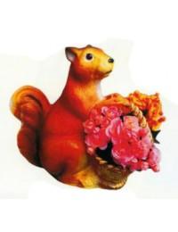 großes Eichhörnchen mit Blumenkörbchen