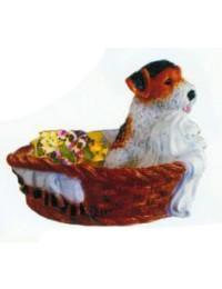 kleines Hundewelpen in Blumenkörbchen