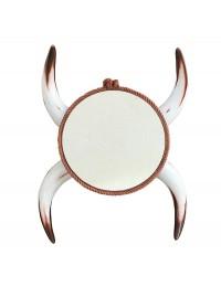 Spiegel mit weißen Stierhörnern