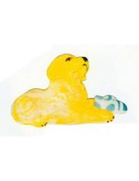 Labrador Welpen liegend mit Turnschuh