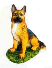 Schäferhund sitzend auf Wiese