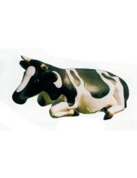 lebensgroße liegende Kuh