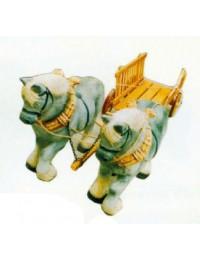 graue Arbeitspferde ziehen Leiterwagen