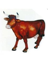 lebensgroße braune Kuh mit Hörnern
