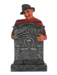 Freddy Krüger Grabstein mit Totenköpfen und Dracula
