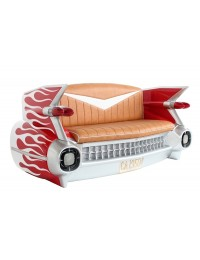 Sofa Cadillac Rot mit weißen Flammen und Zeitschriften und Geträ