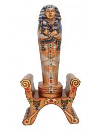 ägyptischer Sarg mit Mumie auf ägyptischem Hocker