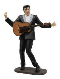 Elvis im schwarzen Anzug mit brauner Gitarre