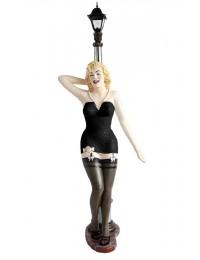 Marilyn in Schwarz an Laterne