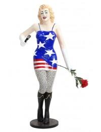 Marilyn in amerikanischem Kleid mit Rose und Mikro