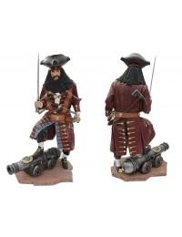 Pirat Blackbeard auf Kanone