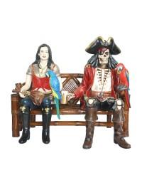 Piratenfrau und Piratenskelett auf Bank