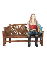 Blonde Piratenfrau auf Bambusbank