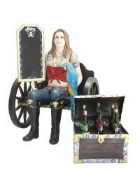 Blonde Piratenfrau auf Wagenbank mit Weintruhe und Angebotsschil
