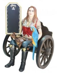 Blonde Piratenfrau auf Wagenbank mit Angebotsschild