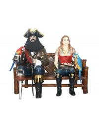 Pirat Blackbeard und blonde Piratenfrau auf Bambusbank