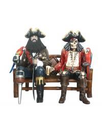 Pirat Blackbeard und Piratenskelett auf Bambusbank