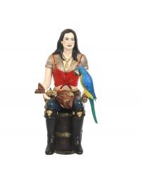 Piratenfrau auf Weinfass