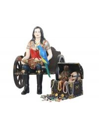 Piratenfrau auf Wagenbank mit Schatztruhe
