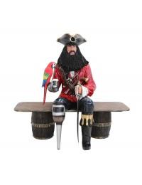 Pirat Blackbeard auf Weinfassbank