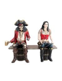 Piratenskelett und Piratenfrau auf Weinfassbank